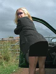 Strapsenträgerin Sabrina posiert Outdoor nach der Arbeit