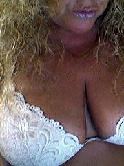Bayrische Hausfrau Sandra sucht Kontakte vor der Cam