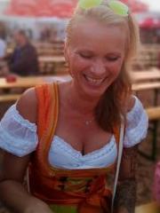 Tanja, versaute Sie im Dirndl am lächeln
