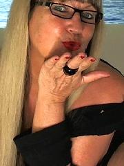 Die geile reife Oma Cher, sexiest German Oma alive